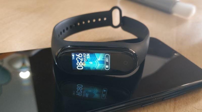 Xiaomi Mi Band 4 - on phone reflecting